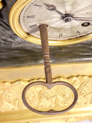 Orologio parigina da camino in bronzo dorato al mercurio, con scultura sulla sommità e campana in vetro. Quadrante firmato Marchisio DETIENNE. Torino, Ottocento