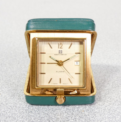 Svegliarino, piccola sveglia da viaggio ROBERT C. FORTILIER, a doppia carica manuale, con allarme e calendario a ore 3. Anni 50