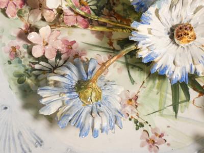 Piatto in cermica dipinta decorato ad altorilievo con fiori e foglie. Manifattura MOLLICA di Capodimonte. Italia, Novecento