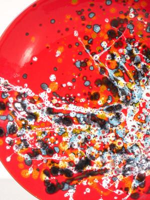 Piatto in ceramica dipinta con smalto policromo, firmata Silvano D