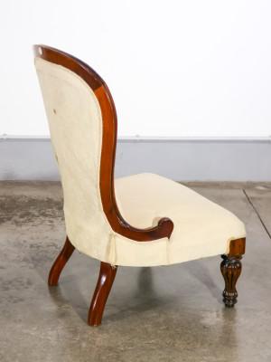 Poltrona a gamba bassa in legno massello di mogano, imbottitura e tessuto damascato. Inghilterra, Fine Ottocento Primo Novecento