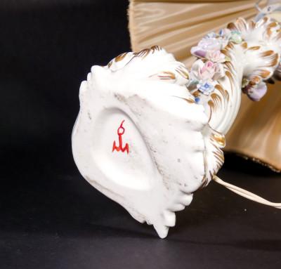Abat jour in ceramica della manifattura FABRIS, corpo in stile barocco decorato con fiori policromi. Prima metà del Novecento