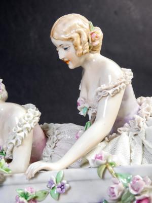 Scultura in porcellana Dame al Balcone manifattura FABRIS. Italia, Prima metà del Novecento