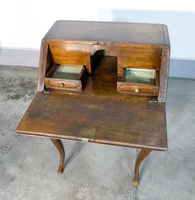 Ribaltina piemontese in legno di noce, con gambe cabriole. Italia, Settecento