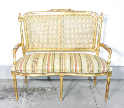 Salotto stile Luigi XVI in legno dorato e paglia di Vienna composto da una coppia di poltrone, divano a due posti e tavolino. Austria, Primo Novecento