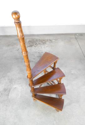 Scaletta inglese da libreria in legno di faggio, a quattro gradini e andatura circolare. Novecento