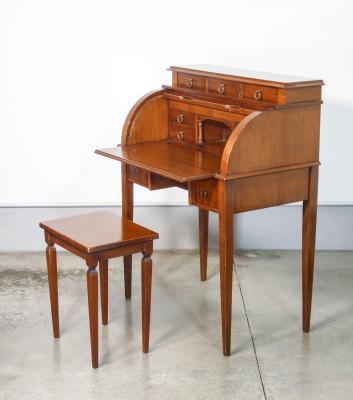 Scrittoio/scrivania in stile Luigi XV, legno di noce, piano estraibile, chiusura a rullo. Italia, Novecento