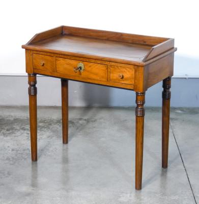 Scrivania Carlo X da centro, con tre cassetti, in legno massello di noce. Italia, Ottocento