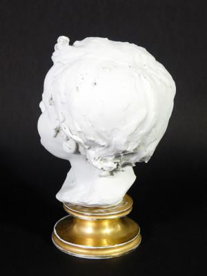 Scultura in porcellana biscuit a firma BENACCHIO, della manifattura TRIADE, Bambino. Bassano Italia, Anni 70