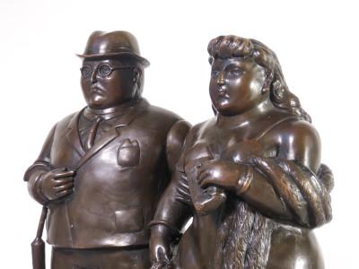 Scultura a firma BOTERO. Coppia di sposi. Bronzo, basamento in marmo. Anni 90