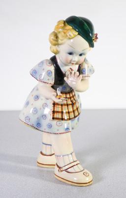Scultura in ceramica riferibile allo stile di Sandro Vacchetti, direttore della Lenci. Bambina con Farfalla. Italia, Anni 30/40