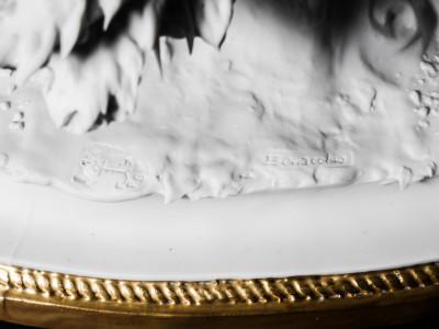Scultura in porcellana biscuit a firma BENACCHIO, della manifattura TRIADE, Amanti, con Cupido. Bassano Italia, Anni 70