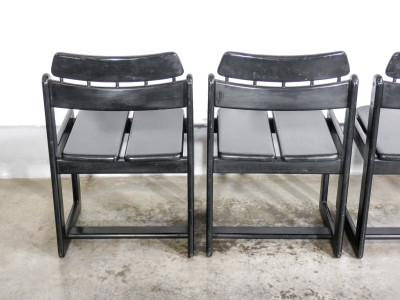 Set di quattro sedie nere di design in legno massello, stile Bauhaus. Italia,