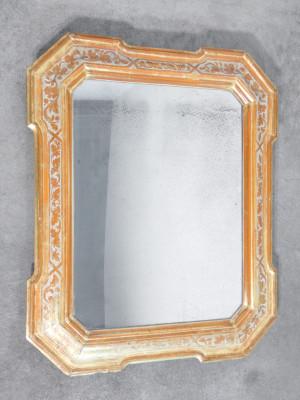 Specchiera a cabaret in legno gessato e decorato. Fine Settecento Inizio Ottocento