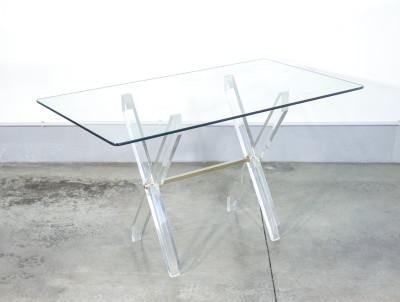 Tavolino di design italiano con piano in vetro e struttura in plexiglass. Italia, Anni 60/70