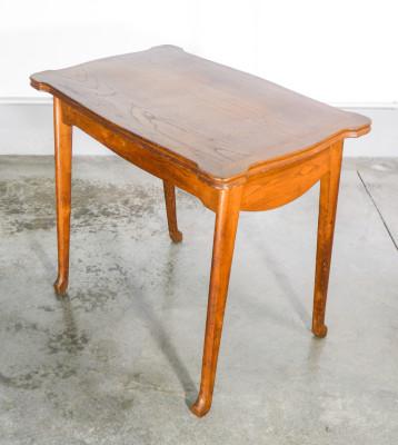 Tavolino in legno massello di rovere, con piano intestato. Francia, Novecento