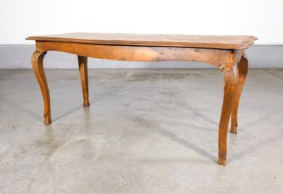 Tavolino piemontese intarsiato, profilo mosso gambe a capriolo, in legno di noce. Italia, Settecento