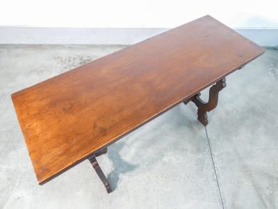 Tavolo fratino con seggiola, in legno massello di noce, con gambe a lira. Italia, Primo Ottocento