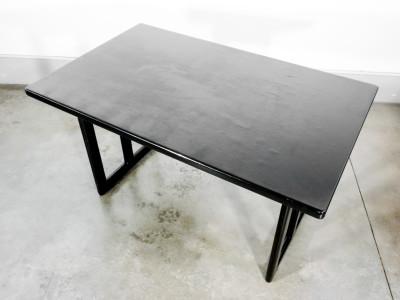 Tavolo di design riferibile alla mano di Ilmari TAPIOVAARA (1914-1999) Prod. Fratelli Montina, in legno di frassino. Italia