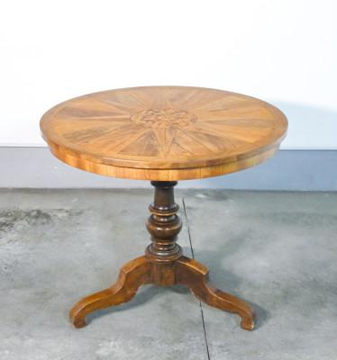 Tavolino tondo di Rolo in legno di noce lastronato e intasiato, sostegno centrale terminante a treppiede. Italia, Ottocento