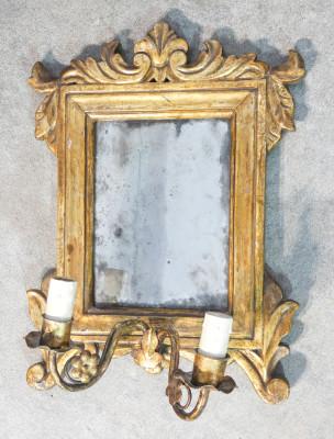 Tris di specchi, cornici cartagloria, in legno dorato in foglia oro, con vetro coevo al mercurio, elettrificate in epoca posteriore. Italia, 1700