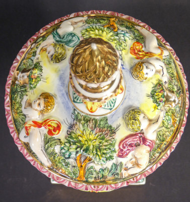 Vaso a coppa con coperchio in ceramica lavorata a bassorilievo e dipinta. MTC Capodimonte. Italia, Novecento