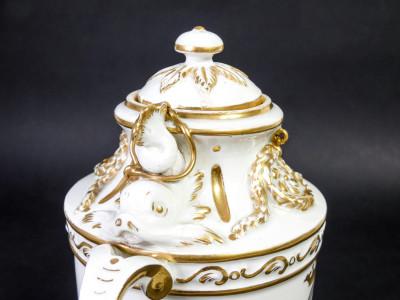 Vaso ad anfora biansata con coperchio, porcellana di FRANKENTHAL. Germania, 1760 circa