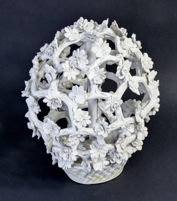 Cespo fiorito in ceramica bianca di Luigi ZORTEA. Bassano del Grappa, Anni 40/50
