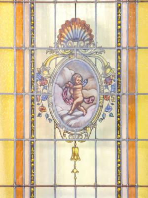 Vetrata policroma legata a piombo con putto centrale dipinto a mano. Italia, Novecento